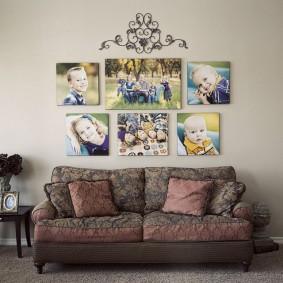 Симметричное размещение фотографий на стене гостиной