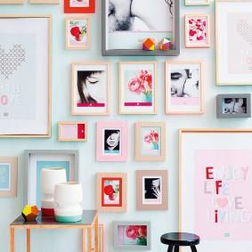 Фотоснимки в рамках на стене комнаты для девочки