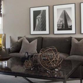Триптих из черно-белых фото над диваном в гостиной