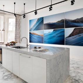 Цветные фото на стене кухни с островом
