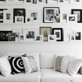 Снимки разного формата на полочках в зале
