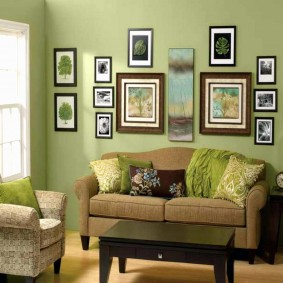 Небольшой диванчик около зеленой стены