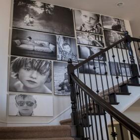 Фотографии ребенка на стене в доме с лестницей
