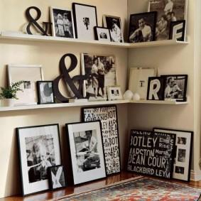 Старые фотографии на полочке в углу комнаты