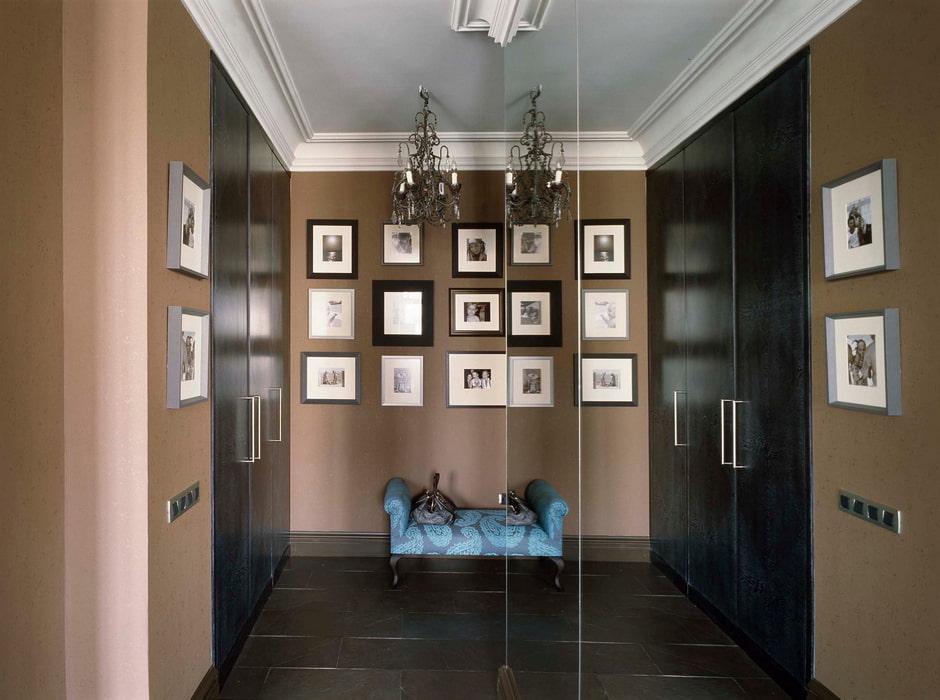 Фотографии в рамках в интерьере коридора