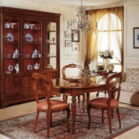 Деревянная мебель в гостиной комнате