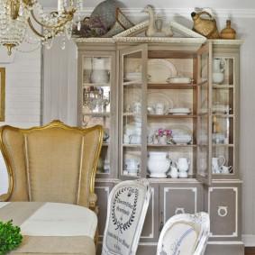 Витрина-буфет в гостиной французского стиля