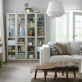 Шкаф с дверцами из стекла в светлой гостиной