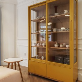 Простой шкаф для посуды и кухонной утвари