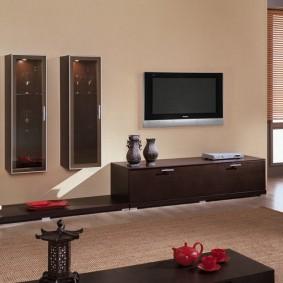 Подвесные витрины-шкафчики на стене в зале