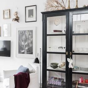 Черный шкаф с дверцами на деревянном каркасе