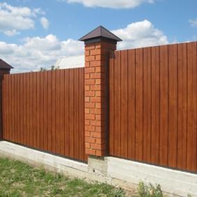 Забор из профнастила под дерево на бетонном основании