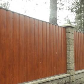 Садовый забор со столбами из блоков