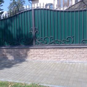 Кованные элементы на заборе из профнастила