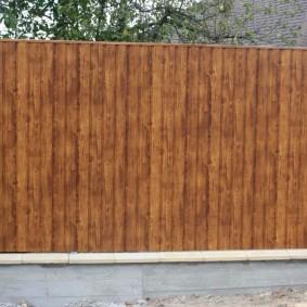 Имитация деревянной фактуры на заборе из профнастила
