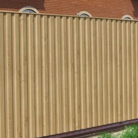 Прямой забор светло-коричневого цвета