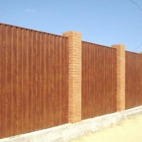 Забор из профлиста с узкими пролетами