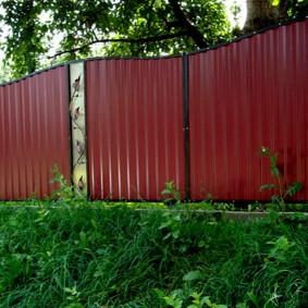 Красивый забор из профлиста с декоративными вставками