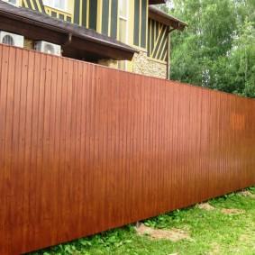 Сплошной забор из коричневого профлиста