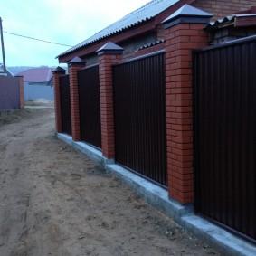 Забор из комбинированных материалов на бетонном фундаменте
