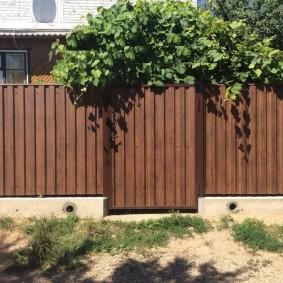 Садовый забор из оцинковки на бетонном фундаменте