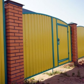 Ворота из профлиста желтого цвета