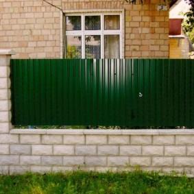 Невысокий забор из комбинированных материалов