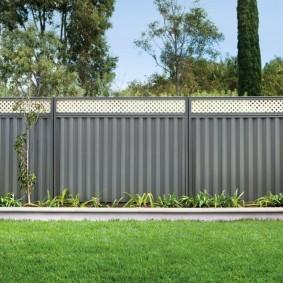 Серая ограда из толстого профлиста
