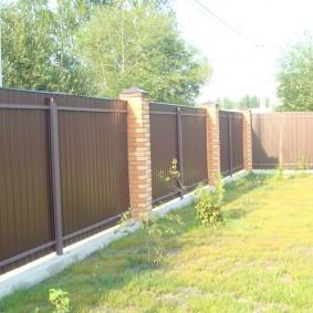 Дачный забор на бетонном основании
