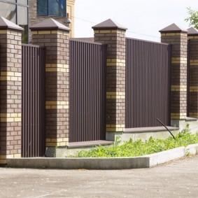 Ограждение садового участка забором из профнастила