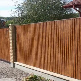 Ограда из профильного листа высотой около 2 метров