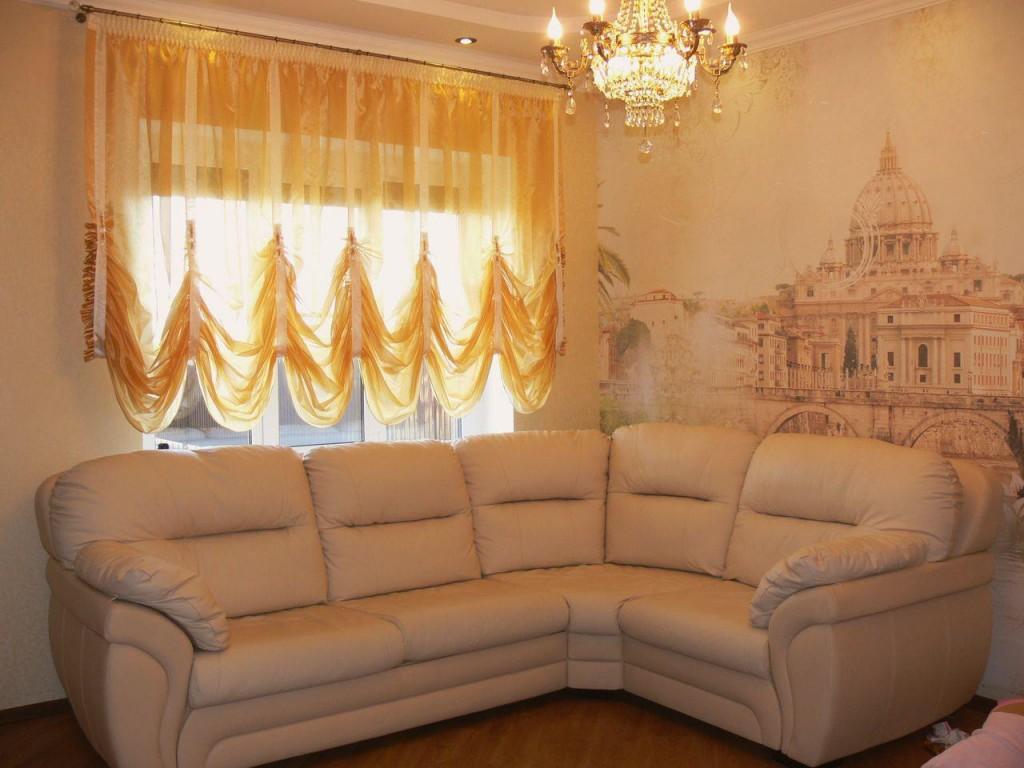 Угловой диван в зале с французскими шторами