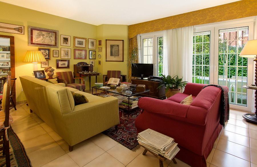 Г-образная расстановка двух диванов в гостиной