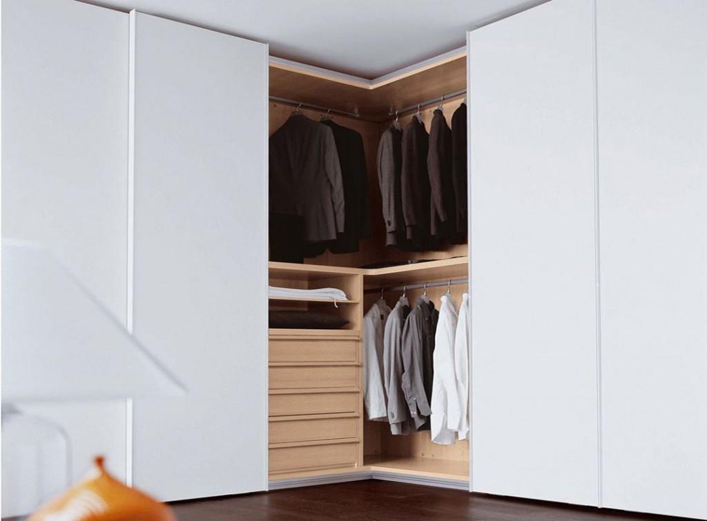 Выдвижные ящики и вешалки в шкафу г-образной формы