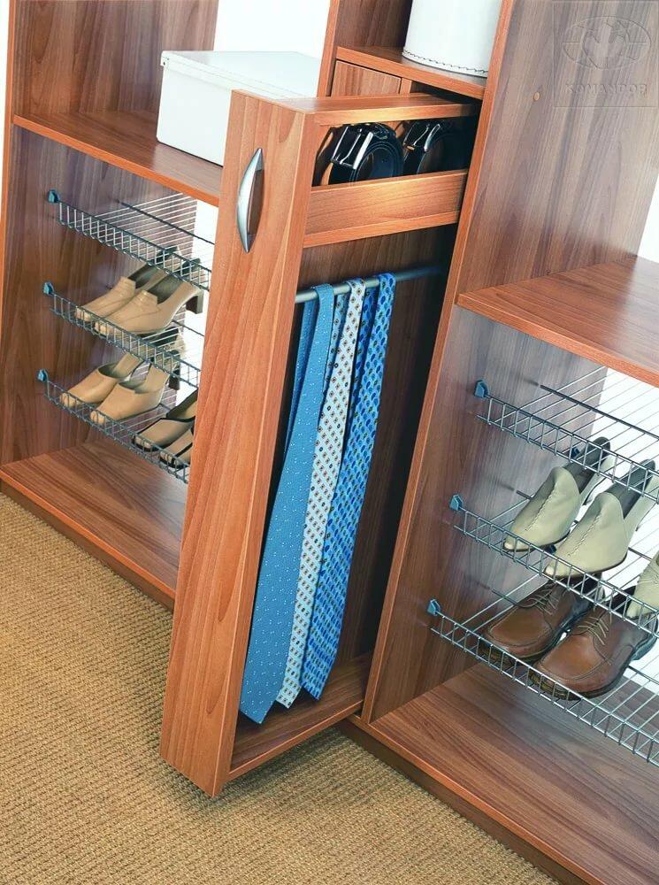 Выдвижная галстучница в шкафу в прихожей
