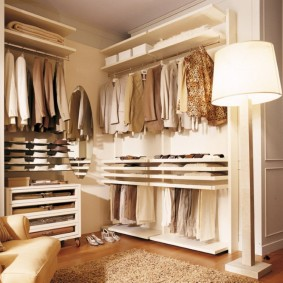 Угловая гардеробная открытой конструкции в спальной комнате