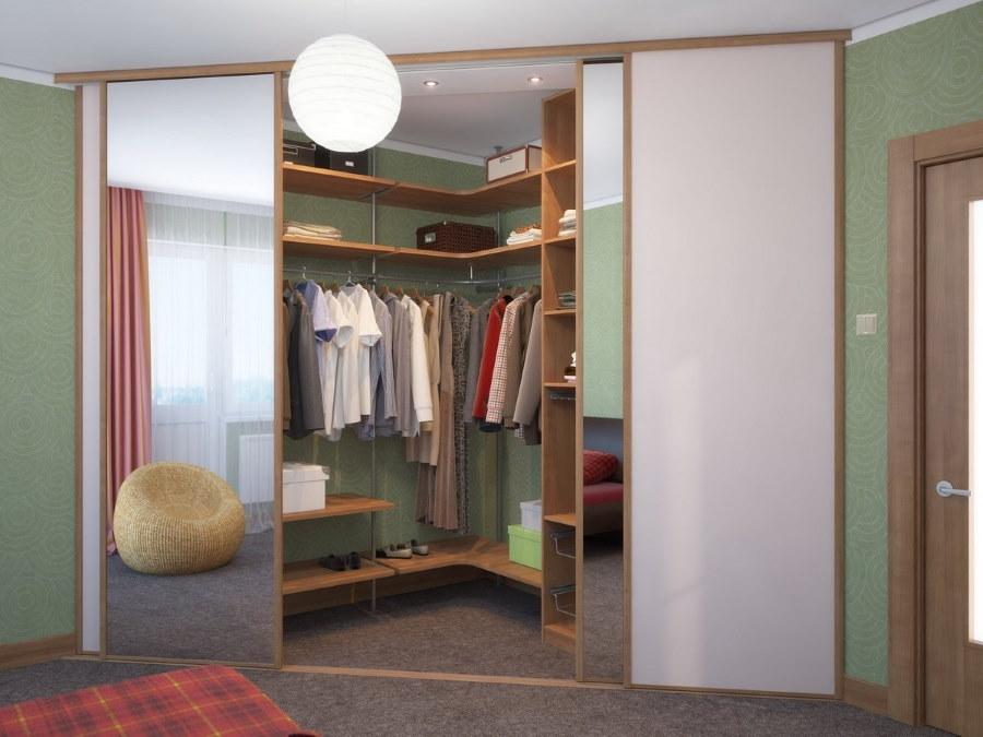 Треугольный гардероб в углу спальни