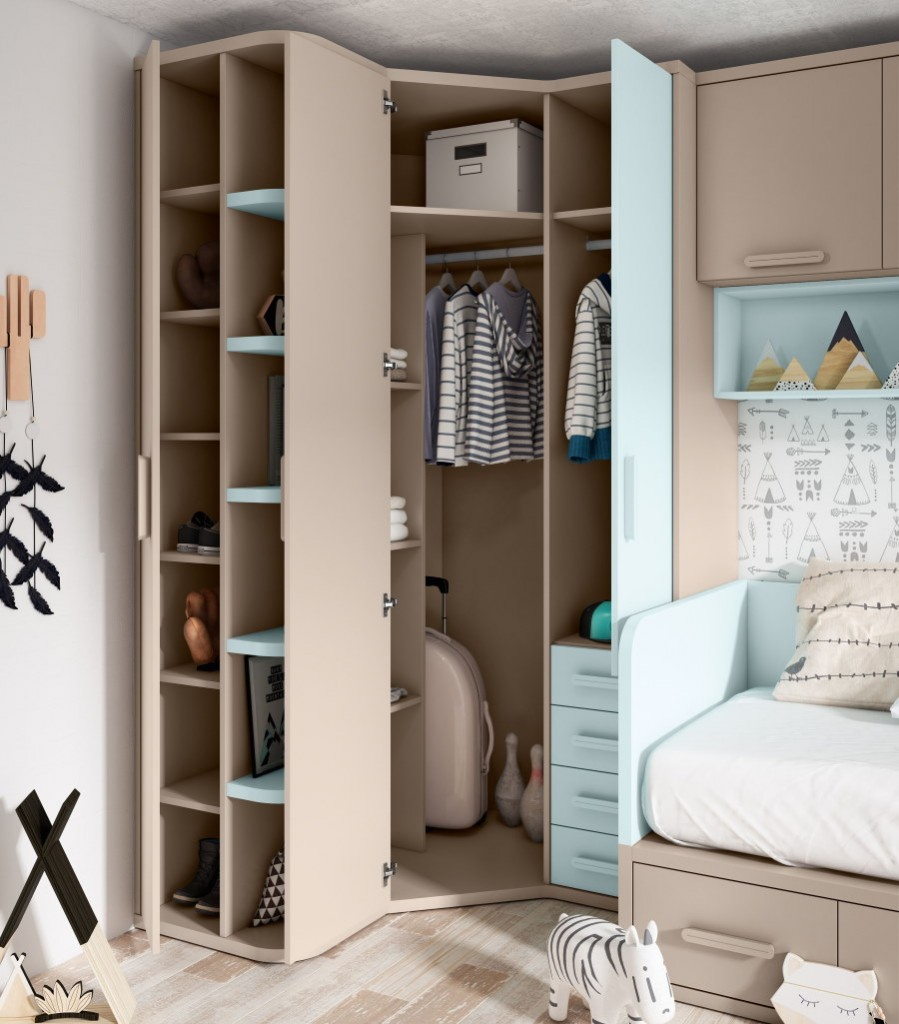 Гардеробный шкаф в углу детской спальни