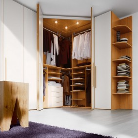 Угловая гардеробная закрытого типа с распашными дверками