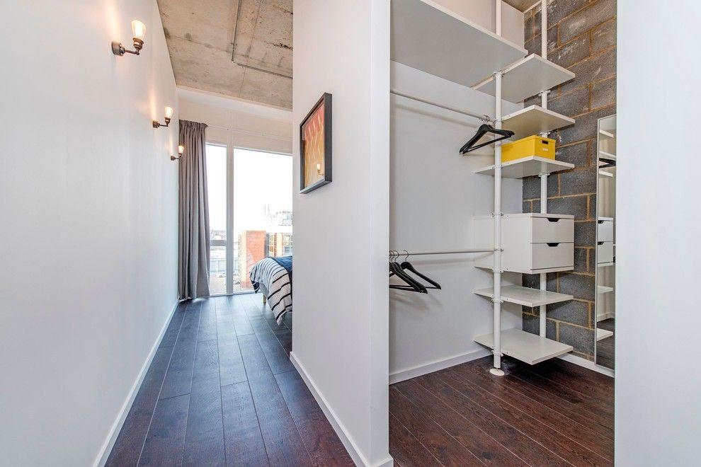 Стена гардеробной комнаты на основе гипсокартона