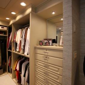 гардеробная комната 2 на 2 декор фото