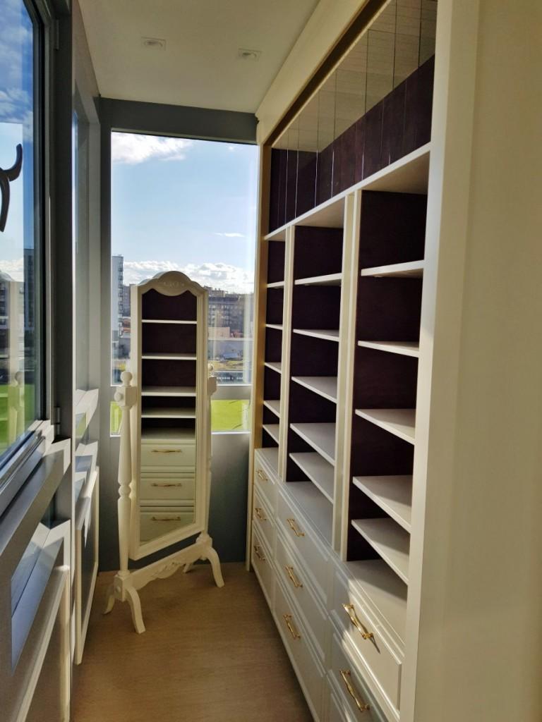 Гардероб на утепленном балконе в трехкомнатной квартире