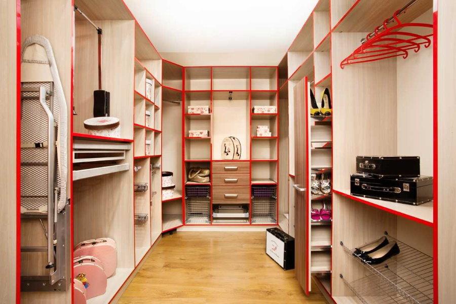 Стеллажи с вешалками в гардеробной комнате