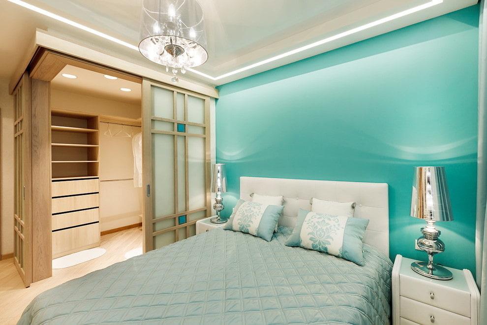 Удобная гардеробная с купейными дверями в спальне