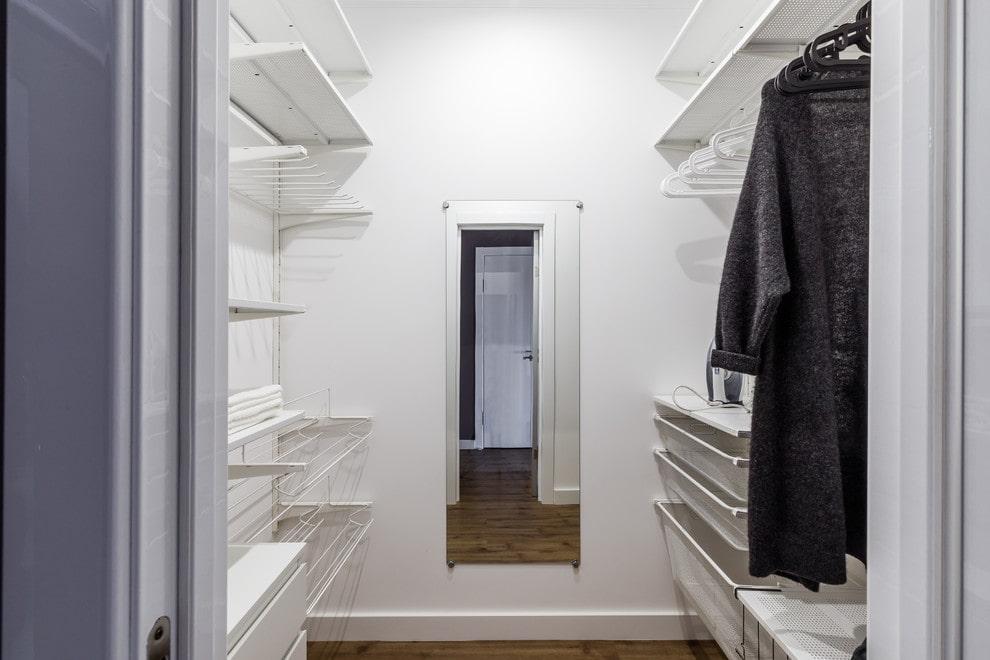 Двухрядное размещение стеллажей в маленькой гардеробной