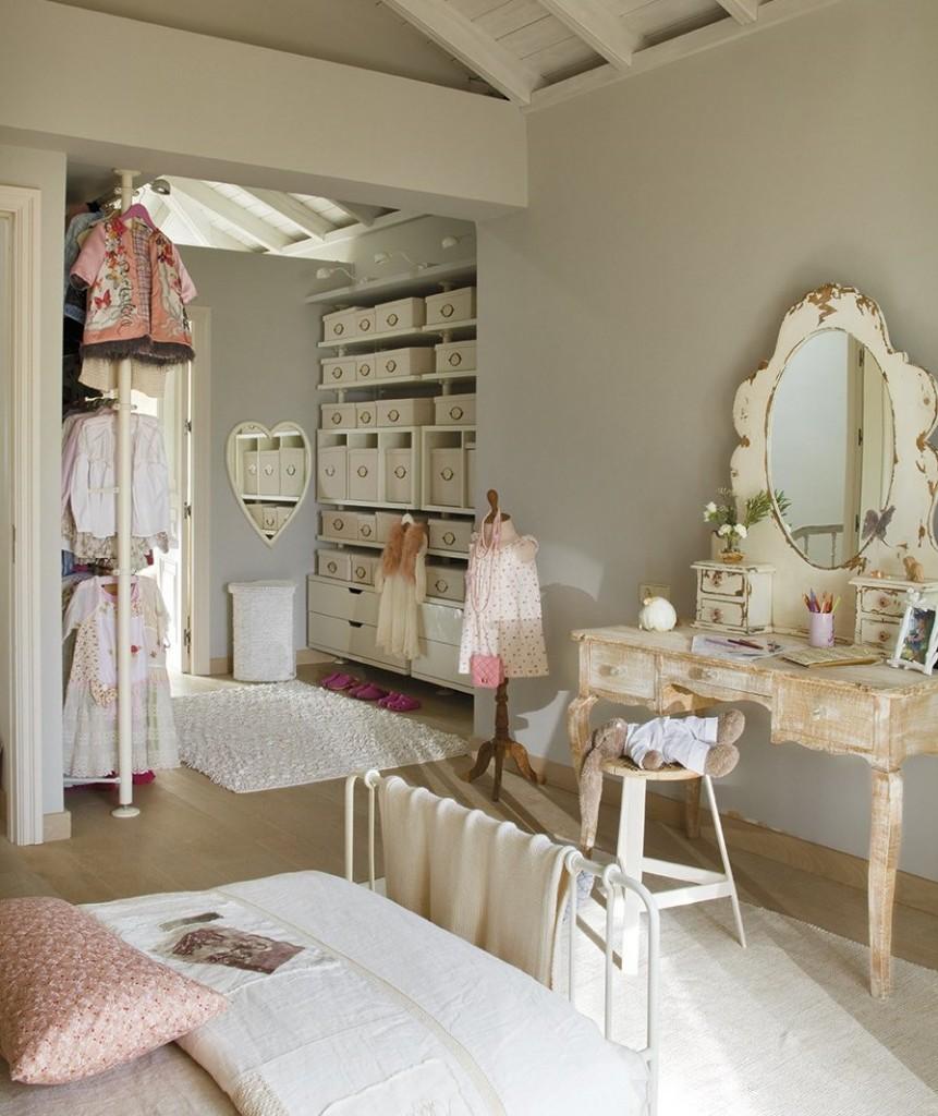 Хранение вещей и одежды в спальне стиля прованс