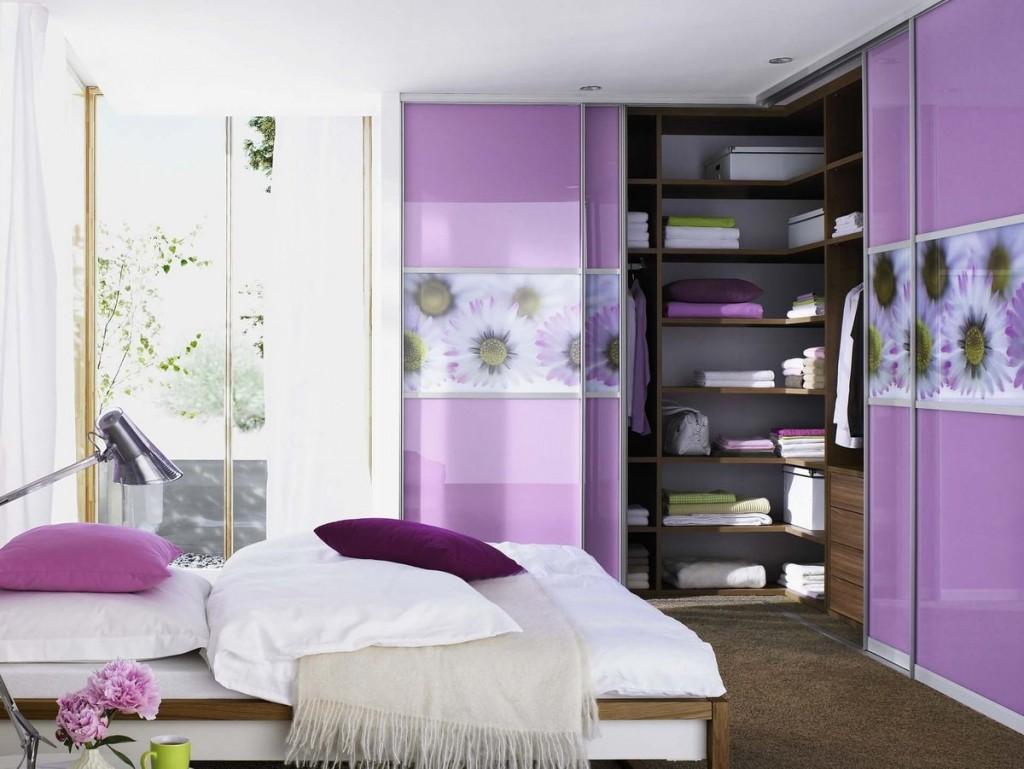Гардеробный шкаф в углу спальной комнаты