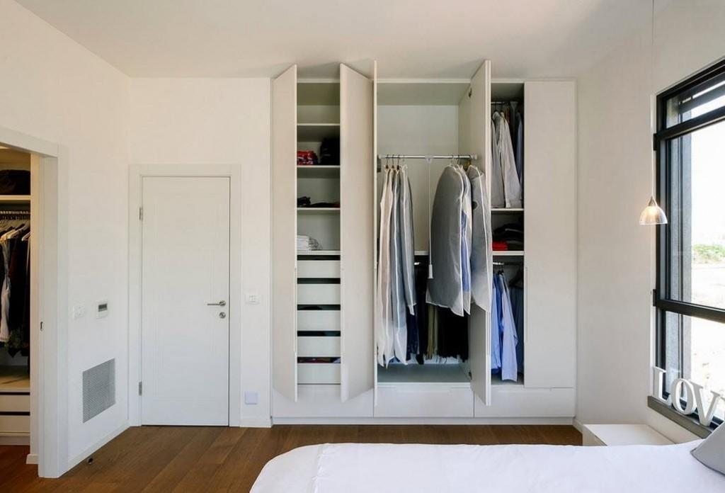 Встроенный гардероб в шкафу с распашными дверцами