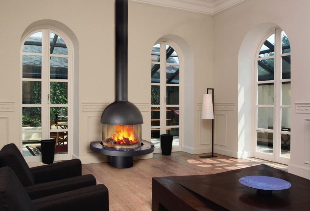 Газовый камин у стены зала с окнами до пола