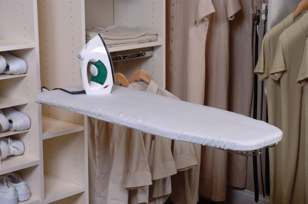 гладильная доска в гардеробной в кладовке